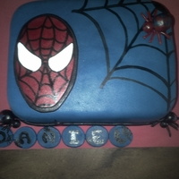 Spiderman Basic cake filled with milk caramel and a little red; covered with fondant, details also made in sugar.