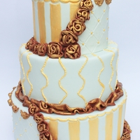 Vintage Gold A cake in the colors: pale green, gold and brown.