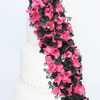 Black En Pink Ruffles A pink and black ruffled weddingcake