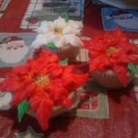 Pointsettia Mini Cupcakes I used a large leaf tip to pipe red and white poinsettia leaves onto these mini cupcakes, then used yellow and green sugar for the centers...