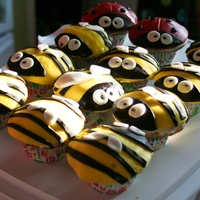 Bee And Coccinelle Bees and Lilybugs. Cupcakes covered with fondant. TKS to tricia4 for the inspiration