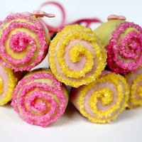 Flower Cake Pops Tulip or flower cake pops. Easy for even a beginner! Click here for the tutorial: http://www.1finecookie.com/2011/05/flower-cake-pops-the-...