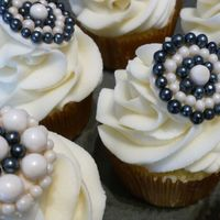 Pearl Brooch Cupcakes Bridal shower cupcakes with an edible brooch