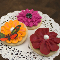 Dimensional Icing Flowers Learn how to easily create a collection of stunning icing flowers that you can add to any cookie, cupcake, or other baked treat.