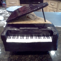 Grand Piano Cake I made this cake for my final 8th grade chorus concert which was a few night ago. Everyone was very impressed!To make this cake I spray...