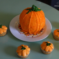 Pumpkin Cake With Mini Pumpkin Cupcakes Pumpkin cake with mini pumpkin cupcakes