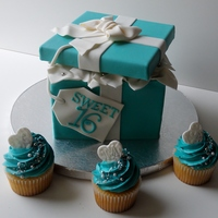 Tiffany Gift Box And Cupcakes Gumpaste lid and bow