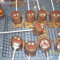 Reindeer Cakepops These are marshmallows covered in chocolate, the nose is a red sprinkle and for ears I did the twisted prezals! Super easy to make and...