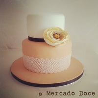 Lace & Flower A cake that appeals to feminine delicacy.The charm of a lace (of sugar!) the simplicity in the beauty of a flower!Mercado Doce