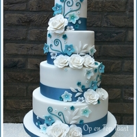 Turquoise Ribbons, White Roses I made this weddingcake for a couple that married a few weeks ago.