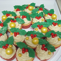 Some Simple Holly Wreath Like Christmas Cupcakes Some simple holly wreath-like Christmas cupcakes