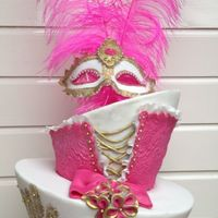 Maskarade Diva Cake !!! I designed this cake for a very special lady , her wishes where ; a topsyturvycake with masquerade and feathers ,in the shades: pink /...