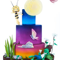 Maya The Bee At Dusk Some decorations are made in gum paste , such as the moon , the Leaves and the butterfly . The ake is entirely coloured by the aibrush