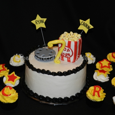 Movie Themed Cake And Cupcakes The Movie Reel Was Fondant And The Popcorn Bag Was Rkt Covered In Fondant I Made The Popcorn From Mini Mar