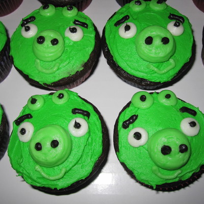 Angry Bird Pig Cupcakes To Go With Some Angry Bird Cakes All Buttercream