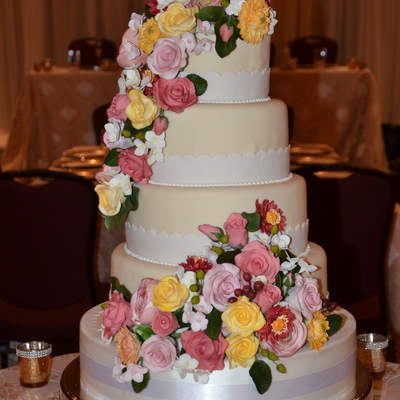 Every Once In A While I Get A Bride Who Wants Flowers On Her Cake That She Can Keep Forever This Is Betty Ann And Brians Cake Passion F