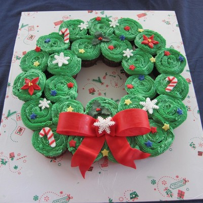 My Version Of The Cupcake Wreath Chocolate Cupcakes Made With Guinness Filled With Minty Buttercream Covered In Smbc And Fondant