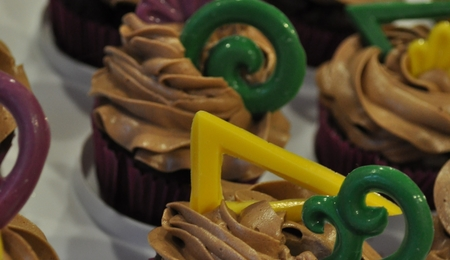 mardi gras themed prom cupcakes. Black Bedroom Furniture Sets. Home Design Ideas