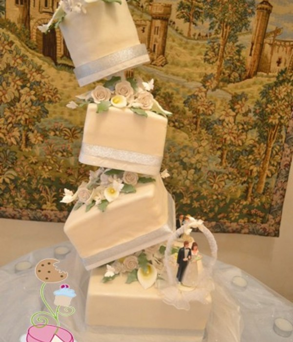 Topsy Turvy Caddy Wampus Wedding Cake