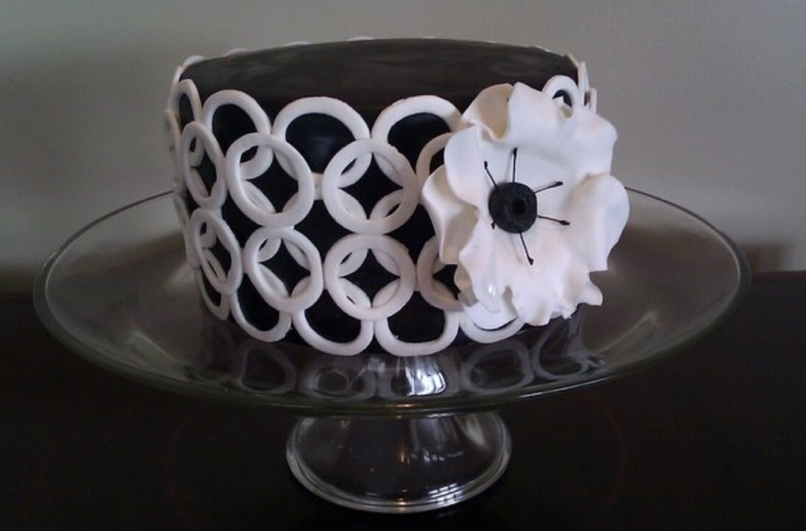 Graphic Black & White on Cake Central