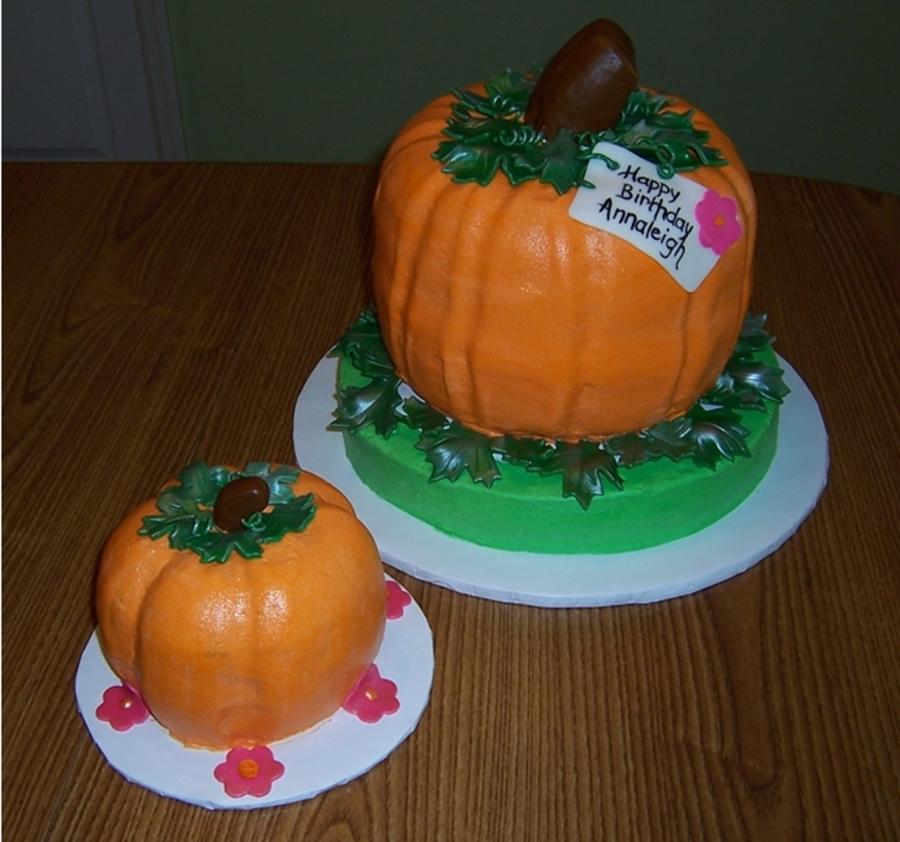 Pumpkin Smash Cake: Pumpkin Shaped Cakes