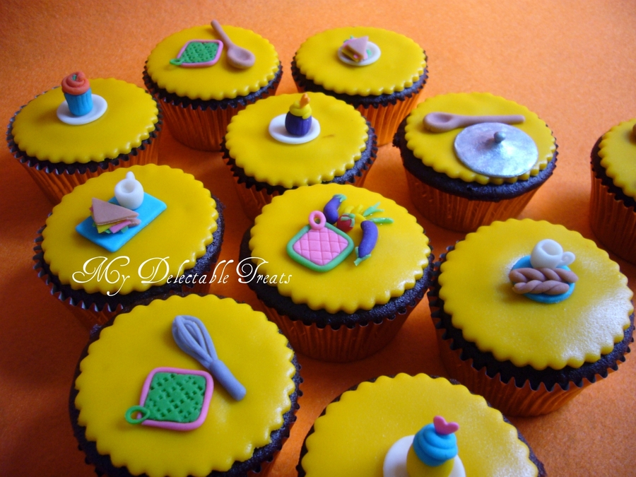 Kitchen themed cake and cupcakes for Cupcake themed kitchen ideas