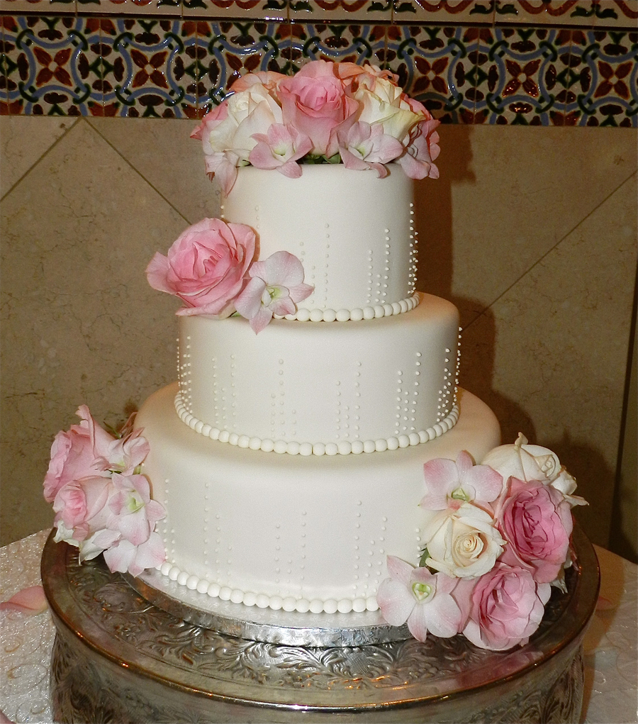 3 tier wedding cakes with fresh flowers 3 tier ivory wedding cake piped ivory dots fresh flowers 10329