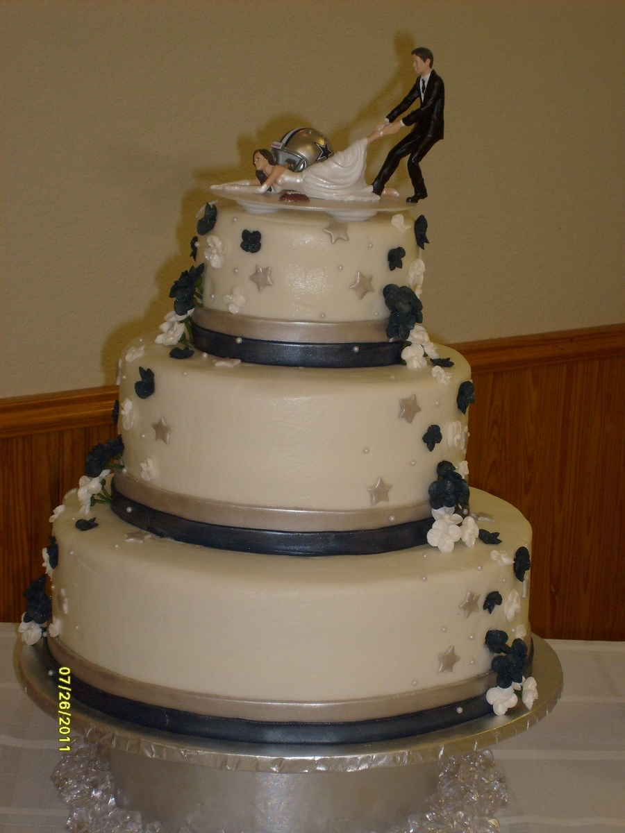 dallas cowboys themed wedding cake dallas cowboy fan cakecentral 13318