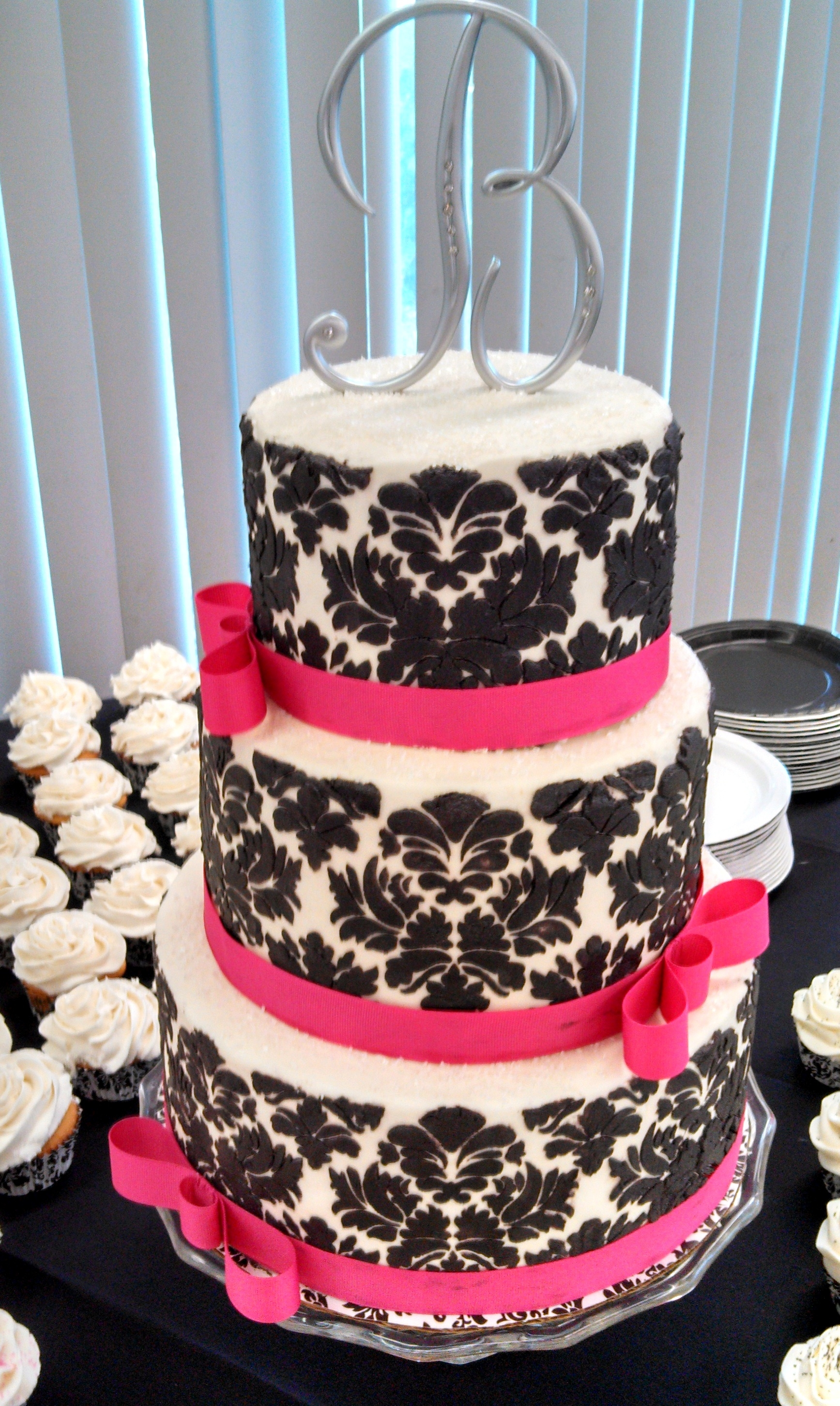 old world style black and white damask wedding cake. Black Bedroom Furniture Sets. Home Design Ideas