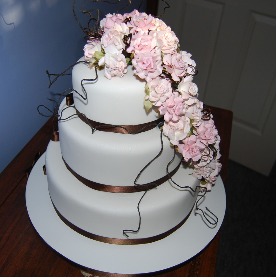 round wedding cakes with red roses wedding cake with pink roses cakecentral 19339