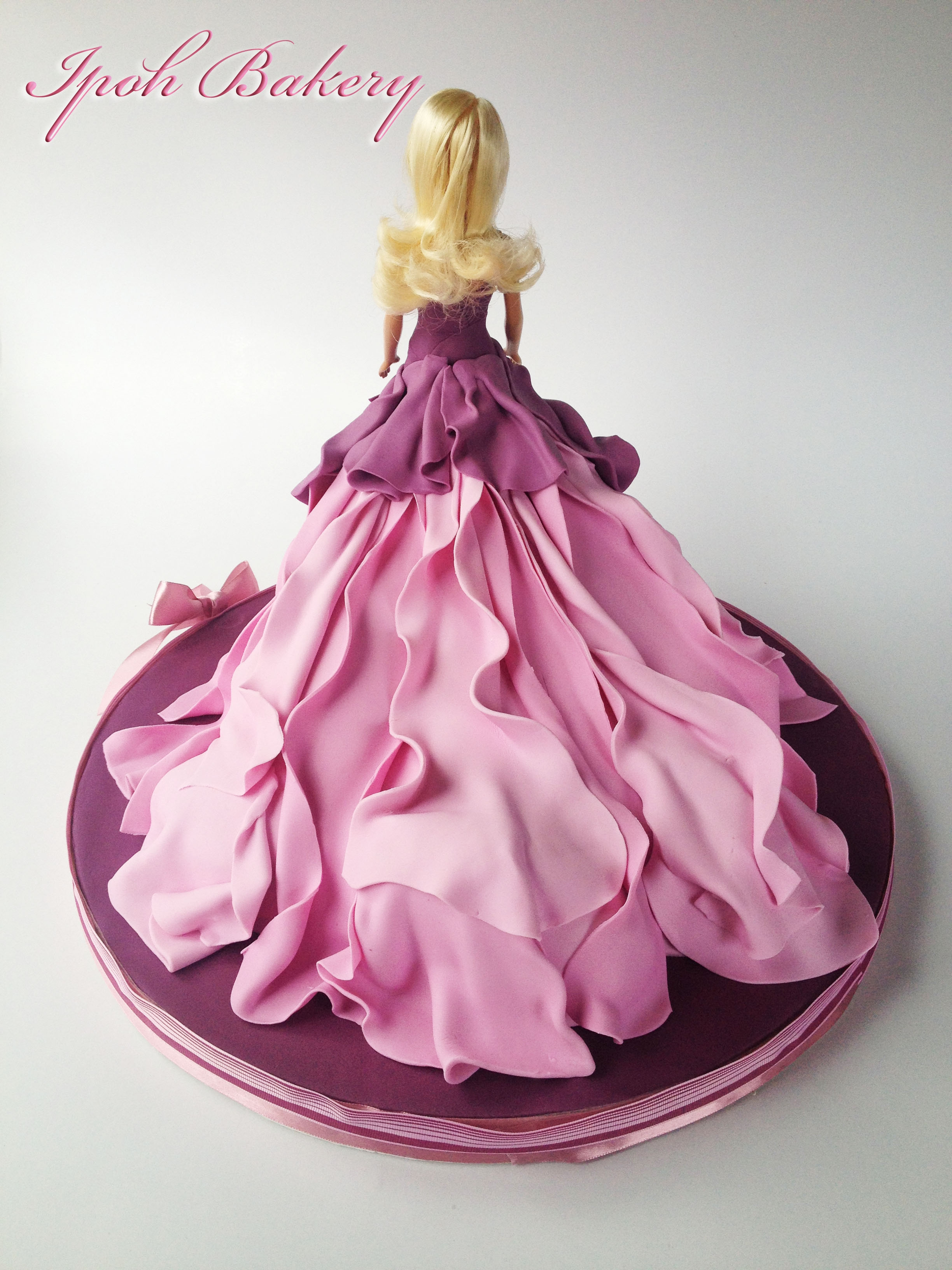 Barbie Doll Cake Decorating Ideas : A Different Take On The Barbie Doll Cake Instead Of A Dome ...