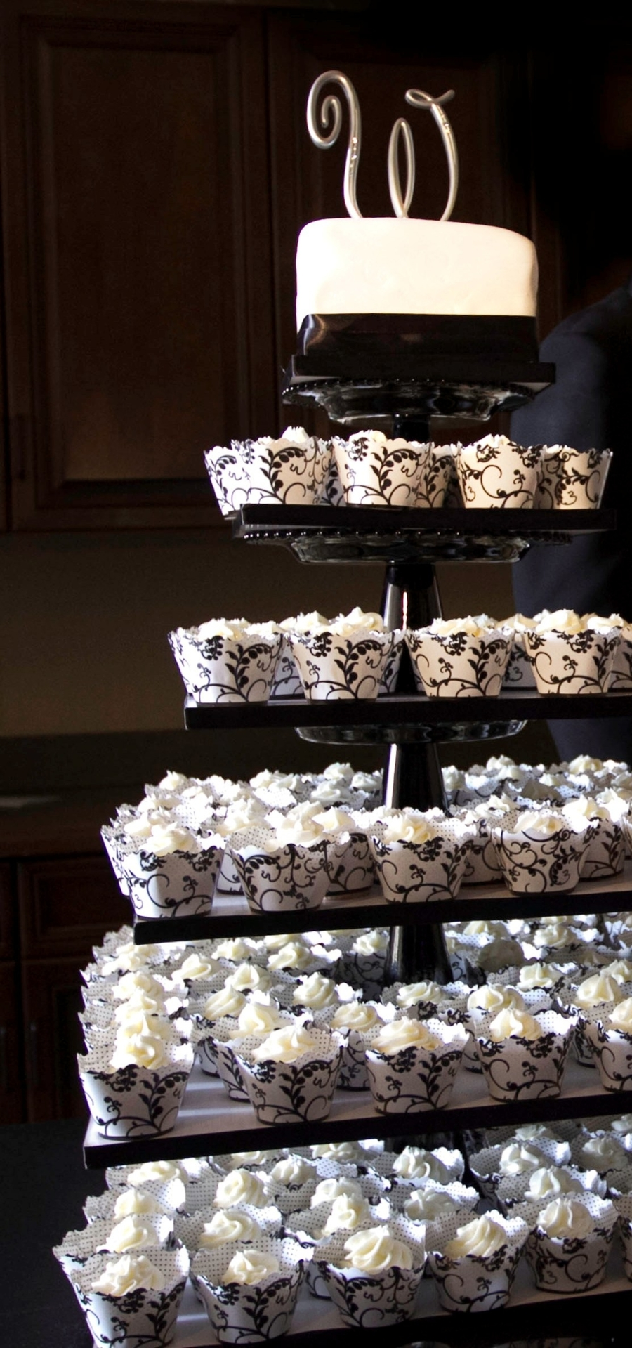 black and white wedding cake and cupcakes. Black Bedroom Furniture Sets. Home Design Ideas