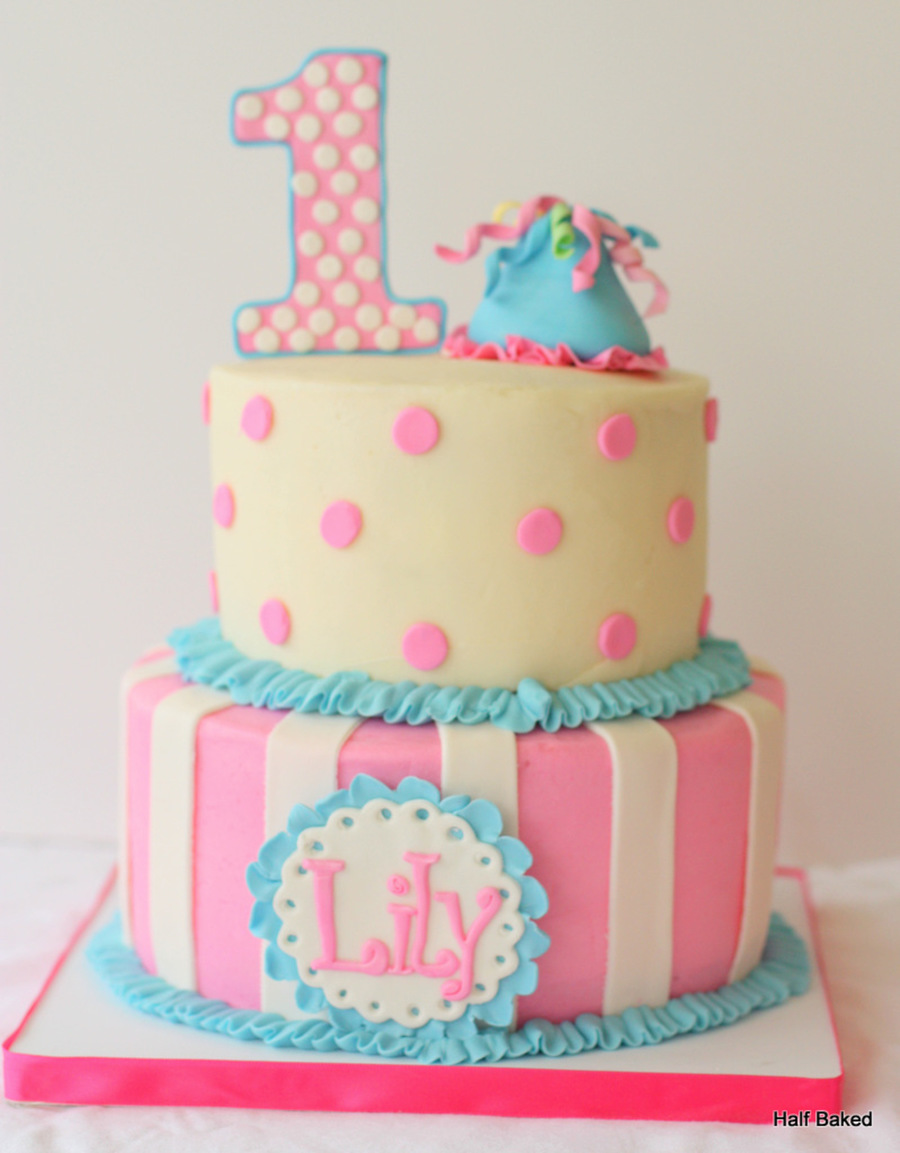First birthday cake made to match the outfit of the party for 1st birthday girl decoration
