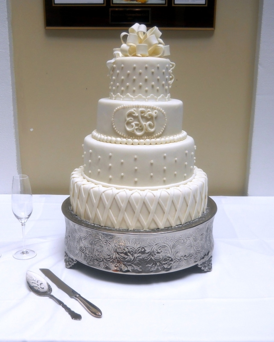 wedding cake with monogram white wedding monogram cakecentral 26927