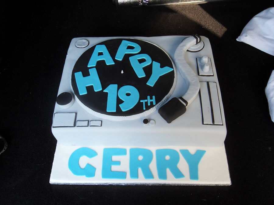 Dj Turn Tables on Cake Central