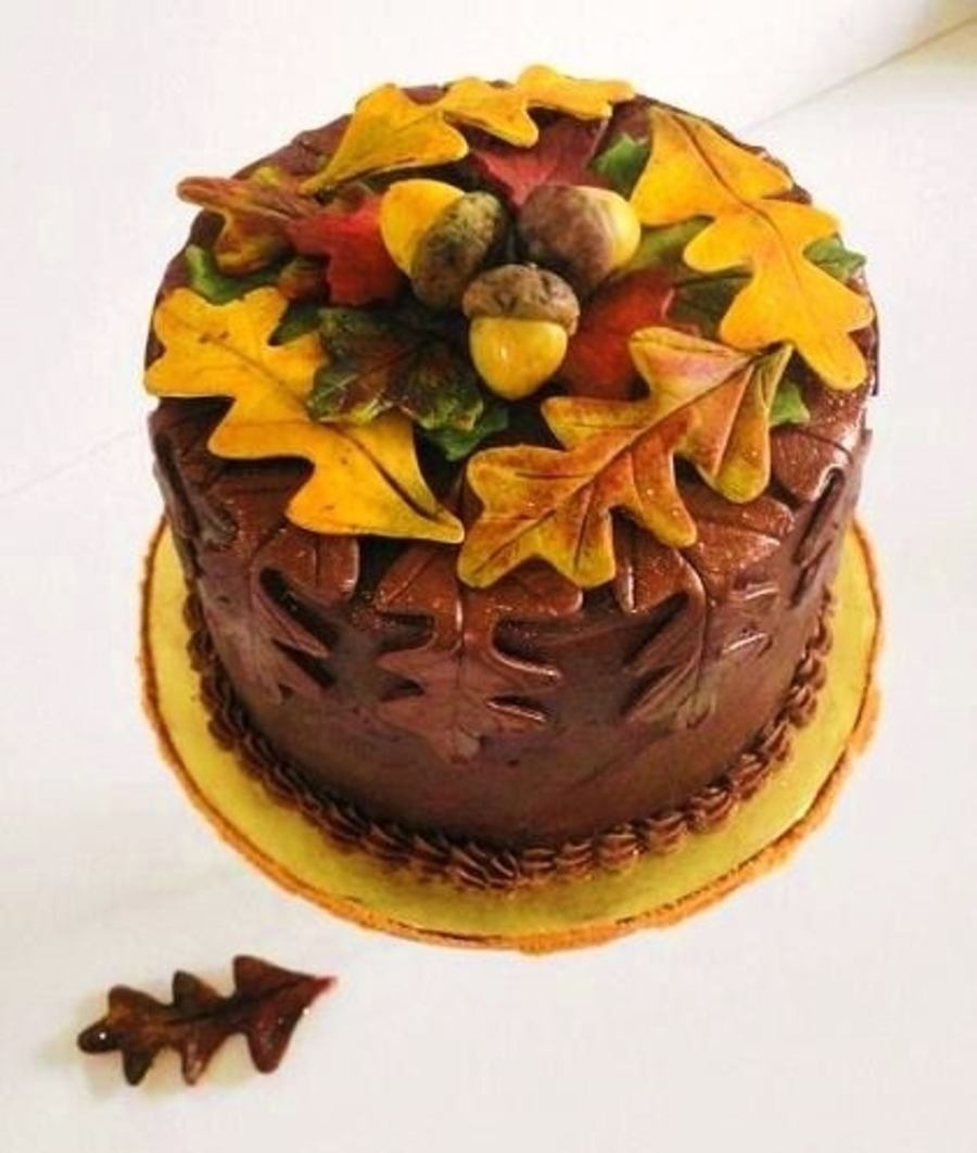 Leaf and acorn birthday cake for Autumn cake decoration