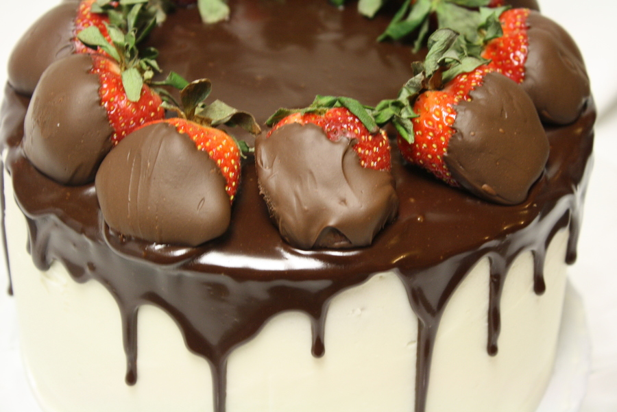 Cake With Chocolate Ganache And Strawberry Filling : Strawberries & Red Velvet Cake With Chocolate Ganache ...