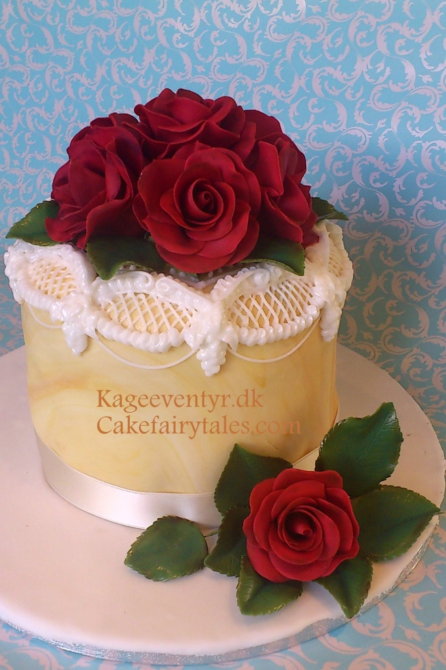 Red Roses And Lambeth on Cake Central