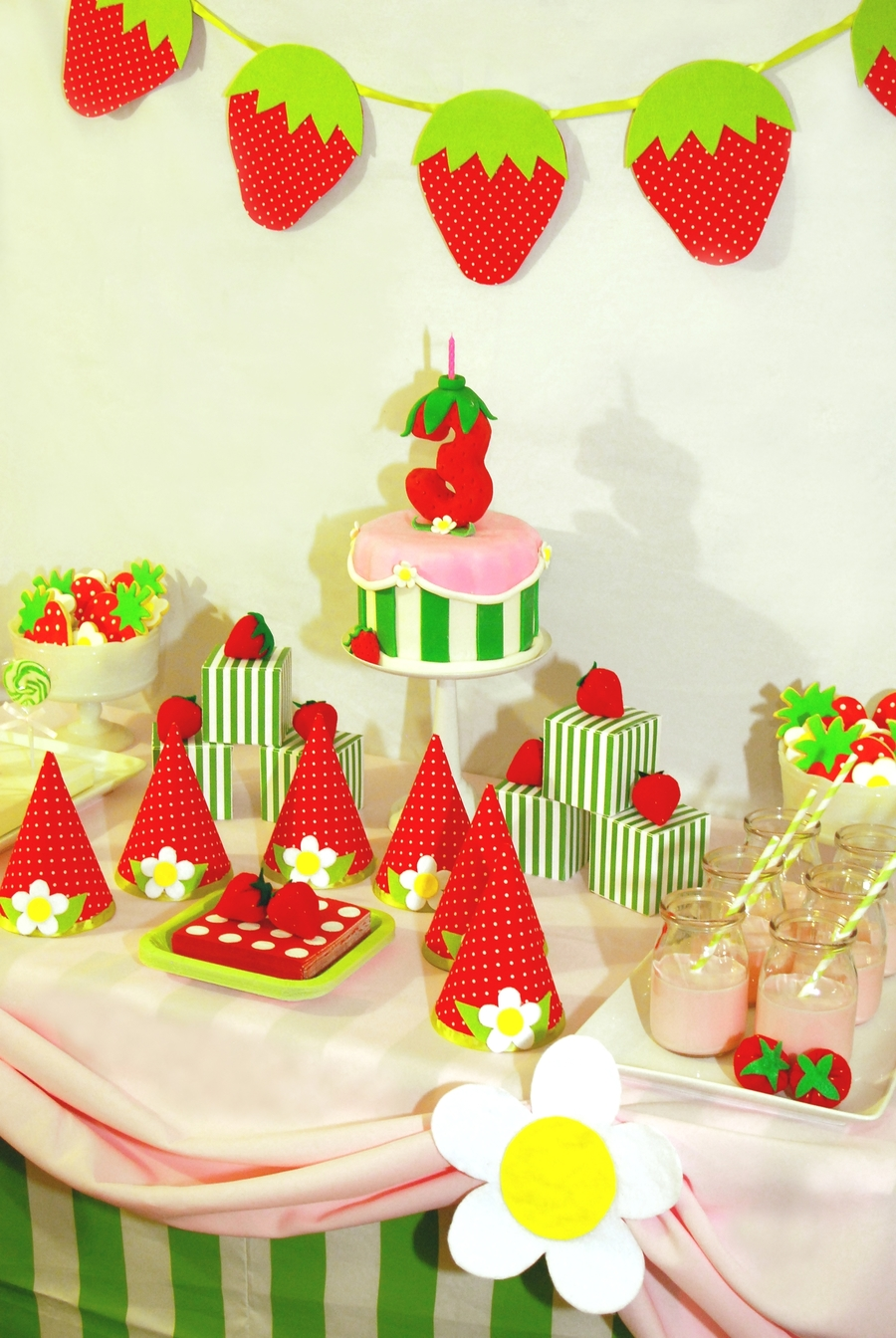 Strawberry shortcake birthday cake and dessert table - Decoraciones para cumpleanos infantiles ...