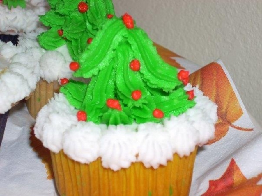 Butter Cream Icing Christmas Cupcakes on Cake Central