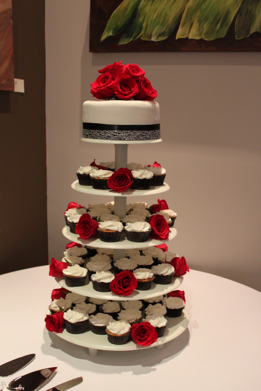 red and black wedding cakes white and black wedding cake and cupcakes 19069