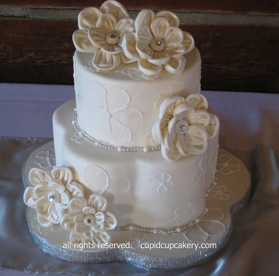 Brush embroidered fabric look flowers wedding cake
