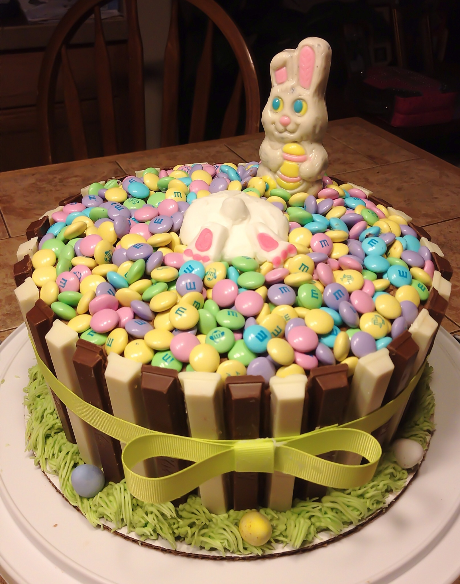 Cookies and cream easter basket cake with alternating chocolate cookies and cream easter basket cake with alternating chocolate white chocolate kitkat bars around the sides and flooded with mms on the top negle Gallery