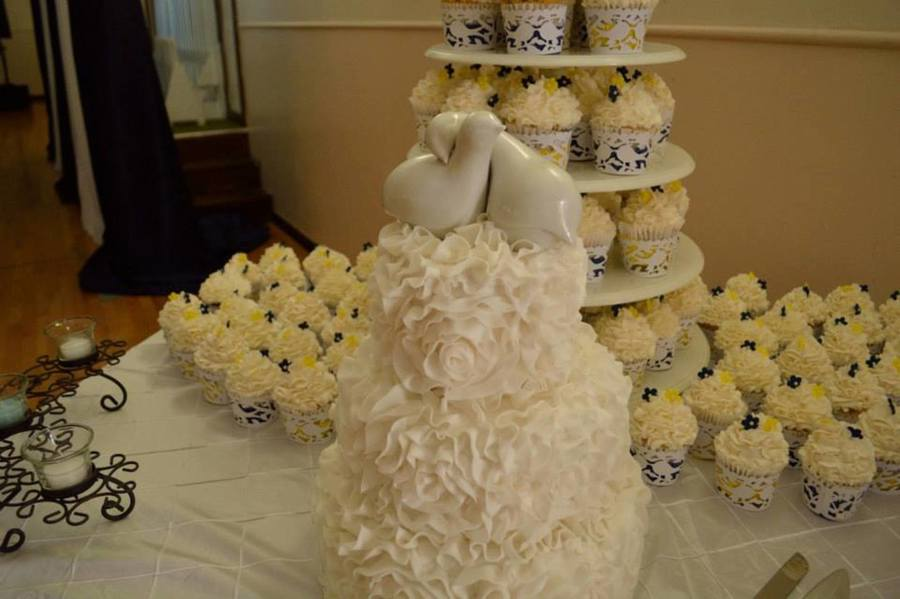 Niece's Wedding Cake And Cupcakes. - CakeCentral.com | 900 x 599 jpeg 53kB