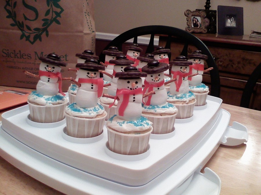 Marshmallow Snowmen Cupcakes - CakeCentral.com