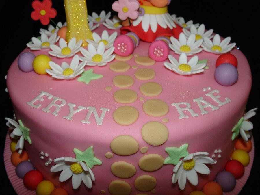 Cake Decor Daisy : Upsy Daisy Fondant Cake - CakeCentral.com