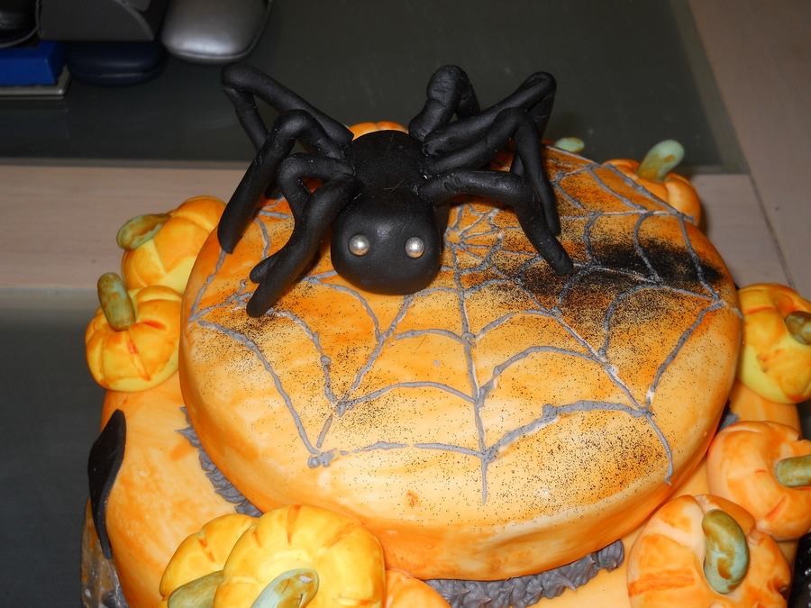 Halloween Spider Cake Decoration : Halloween Spider Cake - CakeCentral.com