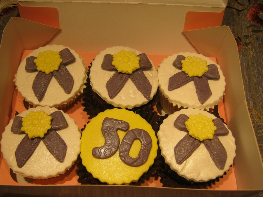 Pretty Bow And Brooch Cupcakes on Cake Central