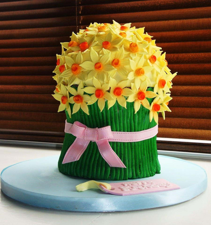 Daffodil bunch birthday cake cakecentral a cake made for my sisters 20th birthday it is made from 5 2 layers of white chocolate cake as the base and a 6 dome cake for the top izmirmasajfo