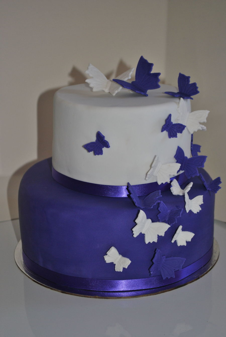 butterflies for wedding cakes purple and white butterfly wedding cake cakecentral 12274